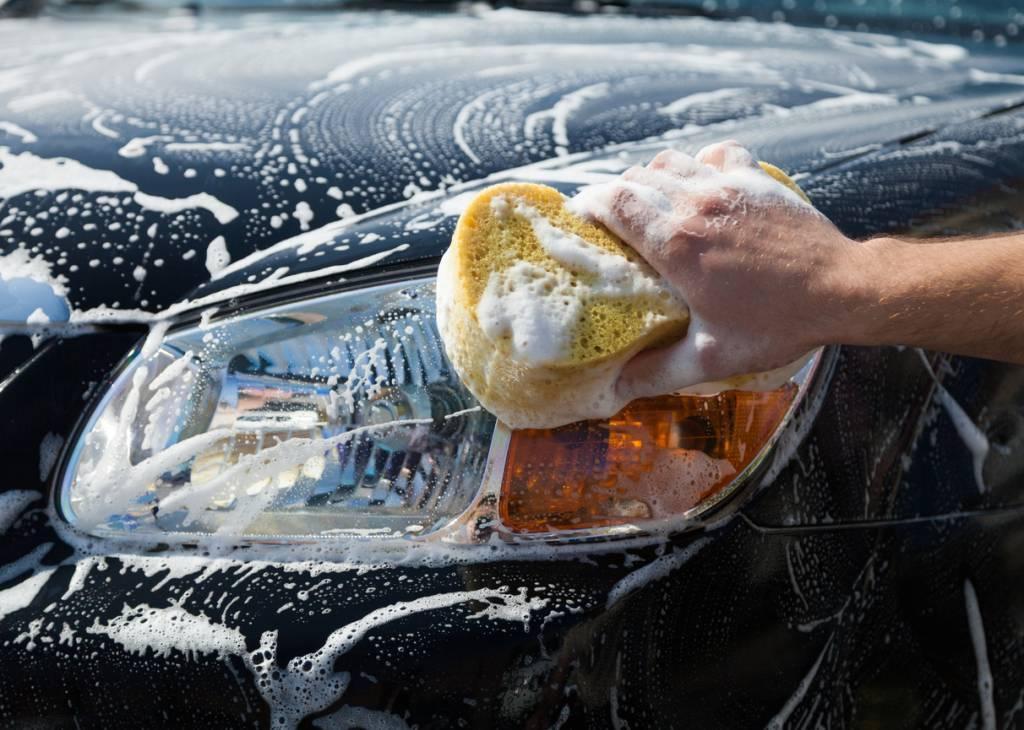 lavage voiture à la main